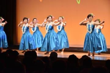 華麗な衣装でのフラダンスなど多彩なステージがあった百笑祭