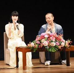 軽快なトークを繰り広げる橋本愛さん(左)と峯田和伸さん=玉名市
