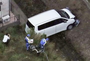 歩道に乗り上げ、子どもらをはねた車両。フロント部分が破損している=17日午後6時41分、東京都町田市(共同通信社ヘリから)
