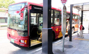 原爆ドーム前の停留所に止まった、めいぷる~ぷの大型バス