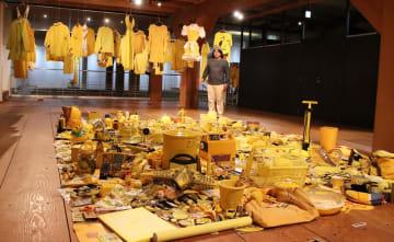 黄色だけの世界をさまざまな品で表現した企画展とイエローさん=平戸オランダ商館