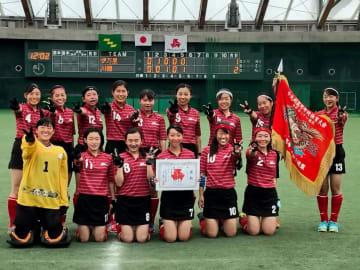 ホッケー女子で優勝し、笑顔を見せる川棚の選手たち=宮崎市、KIRISHIMA木の花ドーム