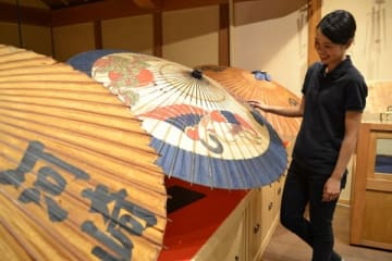【おかげ横丁の「おみやげや2階」で展示されている山田傘=伊勢市宇治中之切町で】
