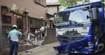 ダンプカーが住宅兼理髪店に突っ込んだ事故現場=17日午後5時55分ごろ、千葉市若葉区