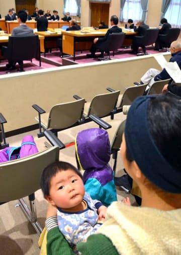 3月11日の綾部市議会定例会で一般質問を議場で傍聴する母子(右下)。議長が特例で認め、規則改正のきっかけとなった