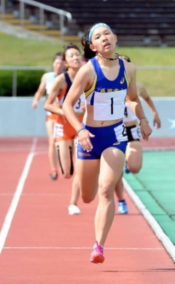 女子七種競技 最終種目の800メートルで力走する福田栄里(1、盛岡市立)。4393点の自己ベストで2連覇を果たした=秋田市・秋田県営陸上競技場