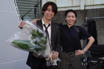 連続ドラマ「ストロベリーナイト・サーガ」のクランクアップを迎えた亀梨和也さん(左)と、二階堂ふみさん