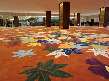 紅葉をモチーフにした絨毯が各国要人を出迎える=大阪市・リーガロイヤルホテル(オリエンタルカーペット提供)