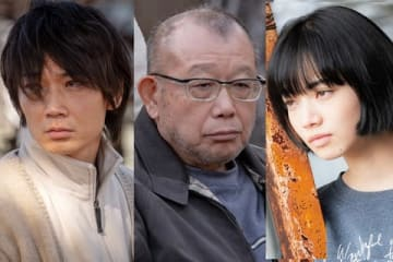 映画「閉鎖病棟−それぞれの朝−」に出演する(左から)綾野剛さん、笑福亭鶴瓶さん、小松菜奈さん(C)2019「閉鎖病棟」製作委員会