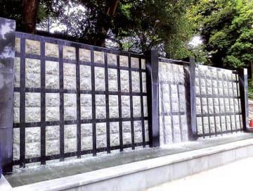 ▲黒門をイメージした壁泉(東京都台東区)