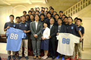 四国アイランドリーグplusの選手たちと記念撮影に応じる松井秀喜さん(1列目左から3人目)=17日、ニューヨーク(共同)