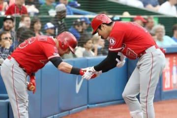 2回に9号3ランを放ったエンゼルス・大谷翔平(右)【写真:Getty Images】