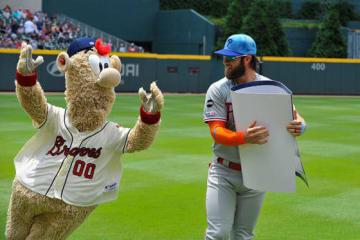 ブレーブスのマスコットキャラクター・ブルーパー(左)とフィリーズのブライス・ハーパー【写真:Getty Images】