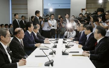 首相官邸で開かれた交通安全対策に関する関係閣僚会議=18日午前