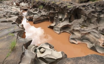 自然が作り出す芸術 四川省会東県の甌穴群