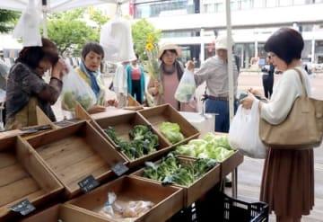 旬の長岡産野菜や加工品が並んだ「ばくばくマルシェ」=アオーレ長岡