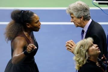 「全米オープン」で審判を巡って話すレフェリーとセレナ