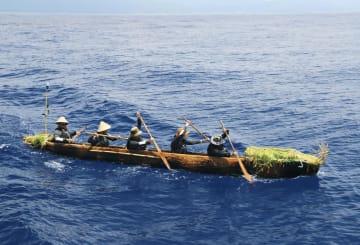 5月末、台湾沖で丸木舟をこぐ練習をする実験航海メンバー(3万年前の航海徹底再現プロジェクト提供)