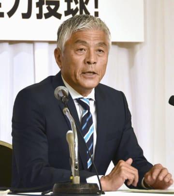 記者会見で埼玉県知事選への立候補を表明する青島健太氏=18日午後、さいたま市