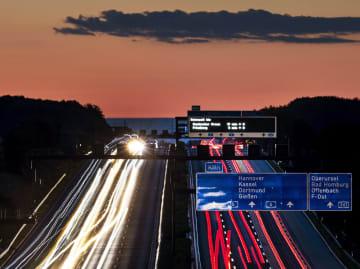 ドイツのアウトバーン(高速道路)を走る車の光跡=14日(AP=共同)