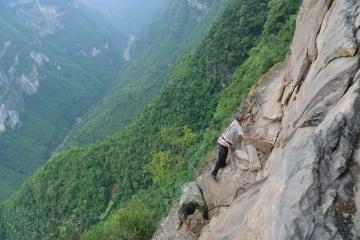 断崖絶壁に遊歩道をつくる村民たち 湖北省恩施