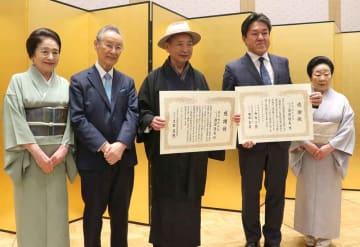 感謝状を贈られる渡辺隆夫・西陣織工業組合理事長ら