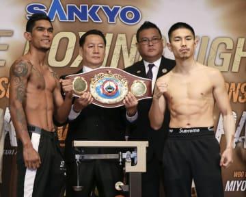 WBOスーパーフライ級王座決定戦の計量をパスした井岡一翔(右)とアストン・パリクテ=18日、東京都文京区