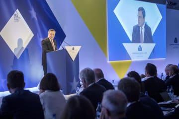 18日、ポルトガル・シントラで講演する欧州中央銀行(ECB)のドラギ総裁(ECB提供・共同)