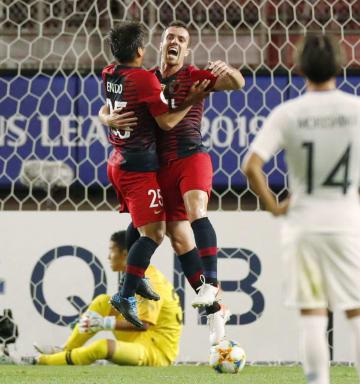 鹿島―広島 前半、先制ゴールを決め、喜ぶ鹿島・セルジーニョ(中央右)=カシマ