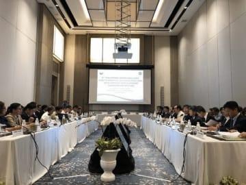 日本政府(右列)とフィリピン政府(左列)は、インフラを中心に経済協力について協議した=18日、タルラック州ニュー・クラーク・シティー(NNA撮影)