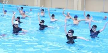 見栄えが良くなるこつや水中での動き方の練習をする生徒ら=玖珠町