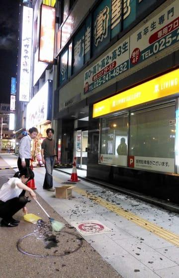 地震で割れた窓ガラスが散乱した新潟駅付近の歩道=6月18日午後11時17分、新潟市中央区(新潟日報社提供)