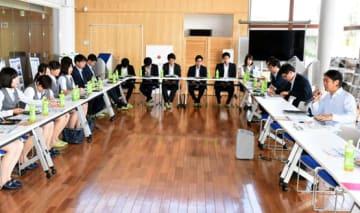 ならはCANvasで、松本さん(右)から復興の現状を聞く若手行員