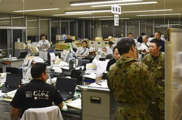 地震が発生、対応に追われる新潟県村上市役所の職員ら=6月19日午前1時ごろ