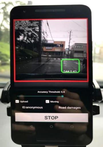 道路の損傷箇所を検知する様子を表示したスマートフォンの画面(大津市提供)
