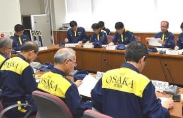 大阪府北部地震から1年を迎え、訓練に臨む吉村知事(奥)や府幹部ら=18日、府庁