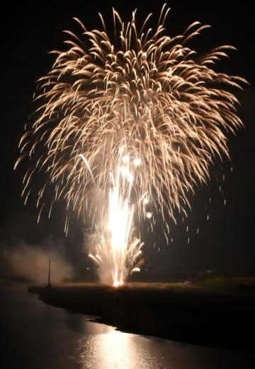 夜空を彩った「あつぎ鮎まつり」の花火=相模川などの三川合流点付近(2018年開催より)