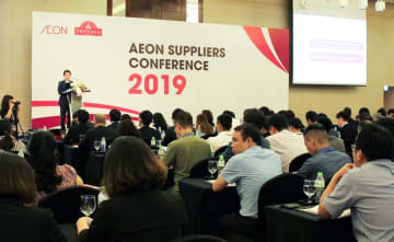 A senior Aeon Co. official speaks at a meeting of its suppliers in Hanoi on June 12, 2019. (NNA/Kyodo)