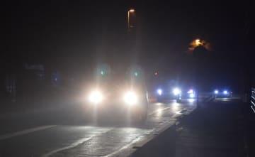深夜にハイビームを使用して走行する車(手前)=5日、鹿沼市栃窪