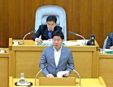 川崎市議会で条例について答弁する福田市長