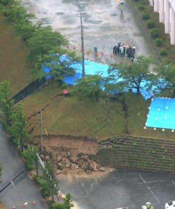 崩れた山北総合体育館近くののり面=19日午前11時30分ごろ、村上市府屋(本社ヘリから)