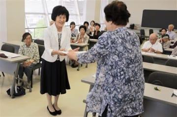 太江田妙子会長(右)から表彰される溝口ヨシ子さん=八代市