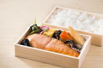 小川屋が新規事業として始めた宅配弁当。焼き魚など強みを生かしたおかずを盛り込む