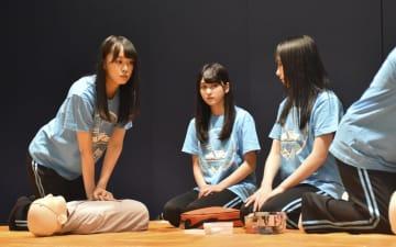 心肺蘇生法やAEDの取り扱いの講習を受けるSTU48のメンバー=19日午後、広島市