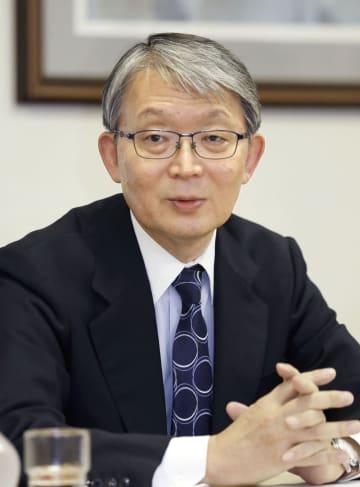 日本新聞協会会長に選任され、記者会見する山口寿一氏=19日午後、東京・内幸町