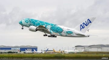「FLYING HONU」の2号機。写真は、フランス・トゥールーズから日本へ向けて飛び立つ様子。(画像: 全日本空輸の発表資料より)