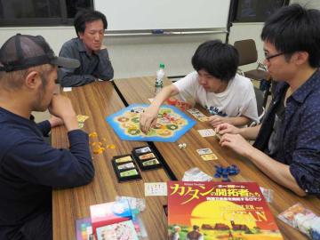中嶋さん(左から2人目)が集めたボードゲームで遊ぶ参加者たち=福知山市昭和新町・府立中丹勤労者福祉会館