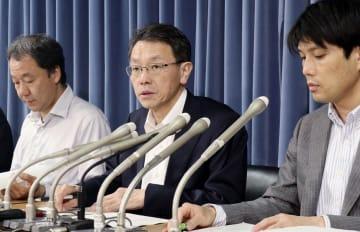 政府の地震調査委員会の臨時会合後、記者会見する平田直委員長(中央)=19日午後、文科省