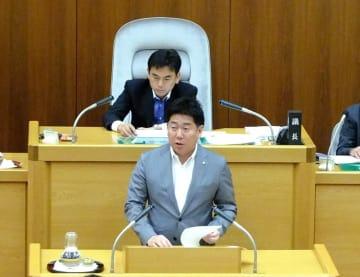 市議会で条例について答弁する福田市長
