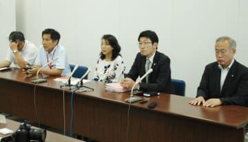 条例に刑事罰を盛り込む方針を福田市長が示したことを受け、会見を開いた「『ヘイトスピーチを許さない』かわさき市民ネットワーク」のメンバー=川崎市役所